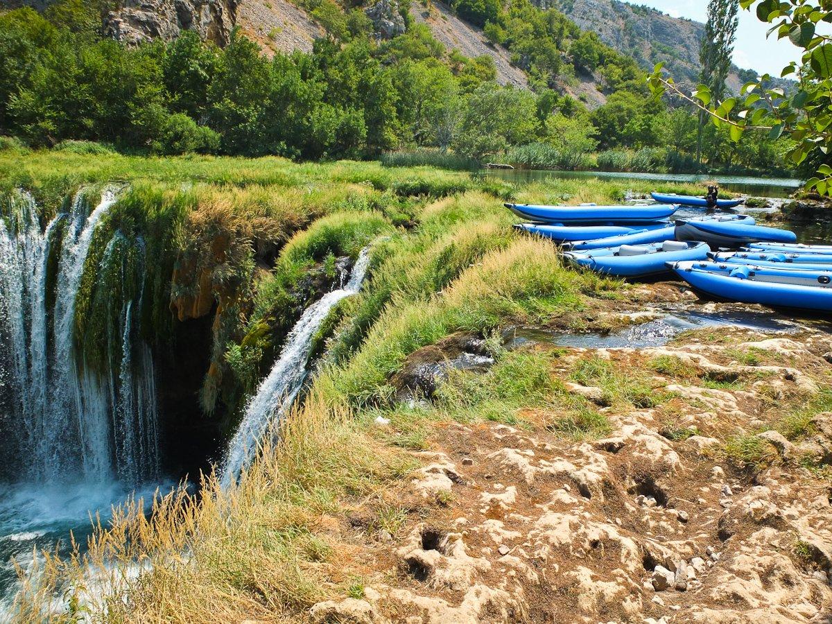 Ekipa aktywnego wypoczynku na spływie rzeką Zrmanja w Chorwacji.